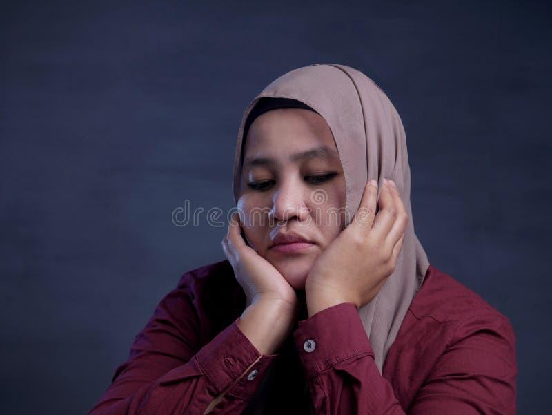 Mujer musulmán deprimida triste imagen de archivo
