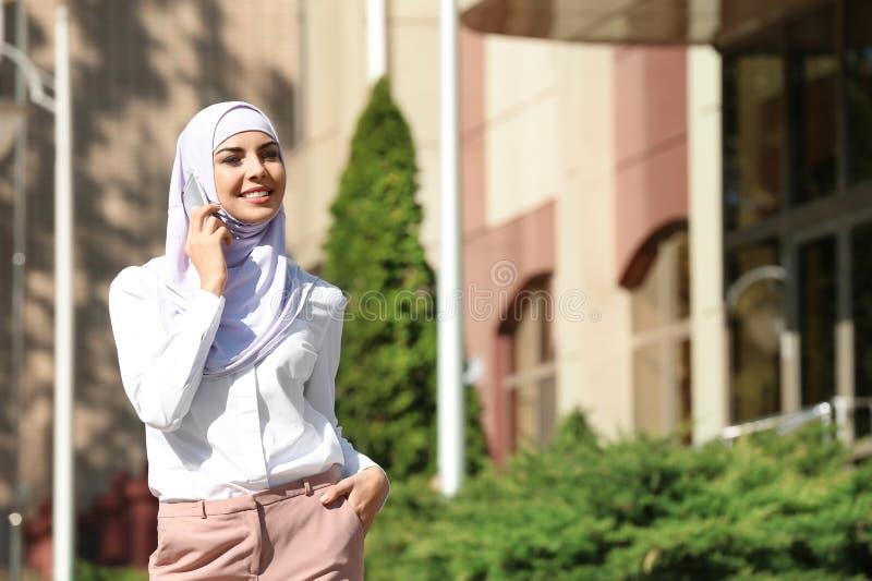 Mujer musulmán en hablar del hijab imagenes de archivo