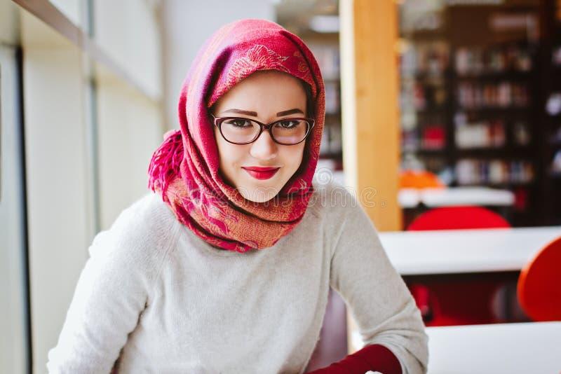 Mujer musulmán en la biblioteca fotografía de archivo