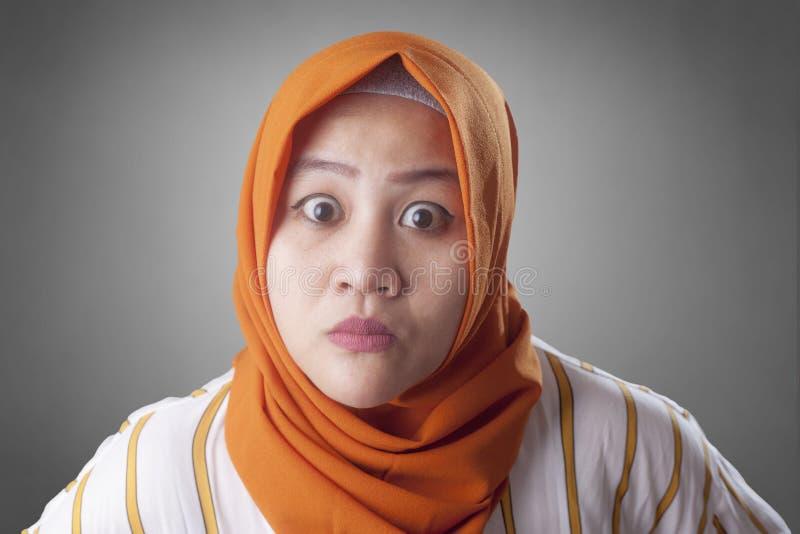 Mujer musulmán enojada que protagoniza en la cámara imágenes de archivo libres de regalías