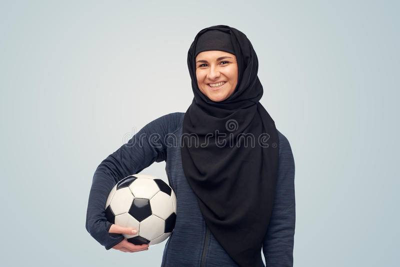 Mujer musulmán feliz en hijab con fútbol imagen de archivo libre de regalías