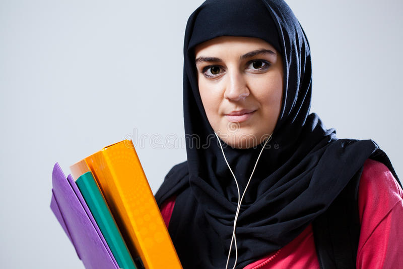 Mujer musulmán joven antes de la escuela imágenes de archivo libres de regalías
