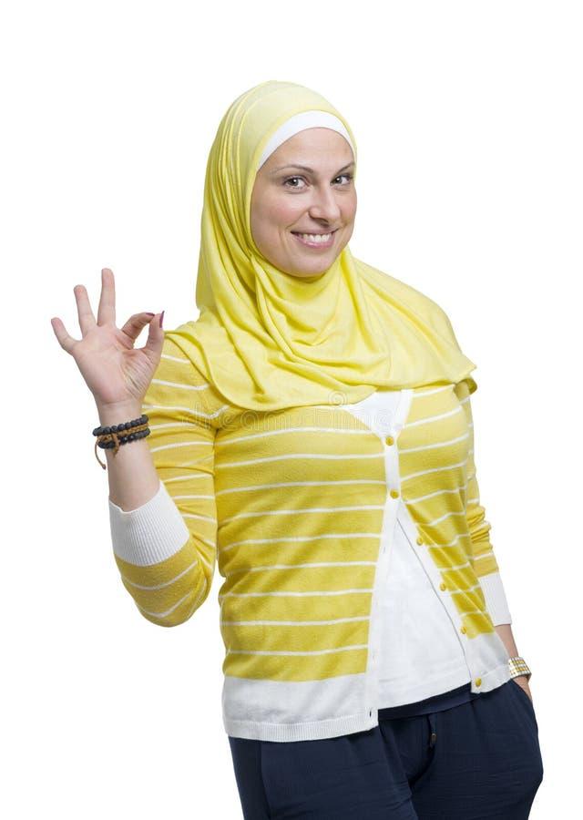 Mujer musulmán moderna hermosa con la muestra excelente fotos de archivo