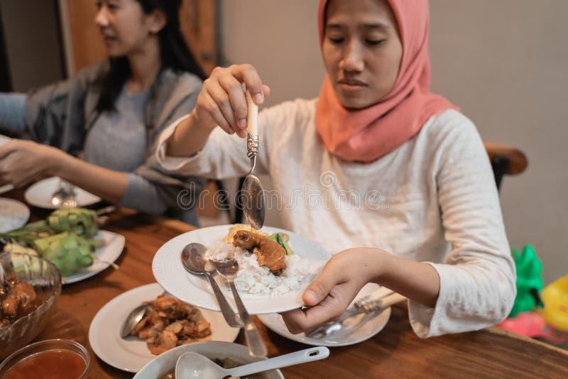 Mujer musulmán que cena junto imagen de archivo libre de regalías