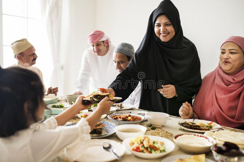 Mujer musulmán que comparte la comida en el banquete del Ramadán foto de archivo libre de regalías