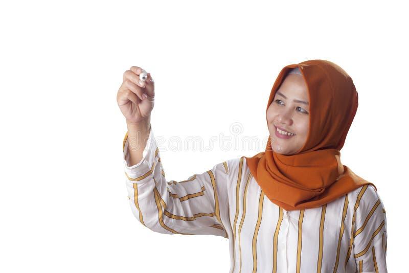Mujer musulmán que escribe en la pantalla virtual imagen de archivo libre de regalías