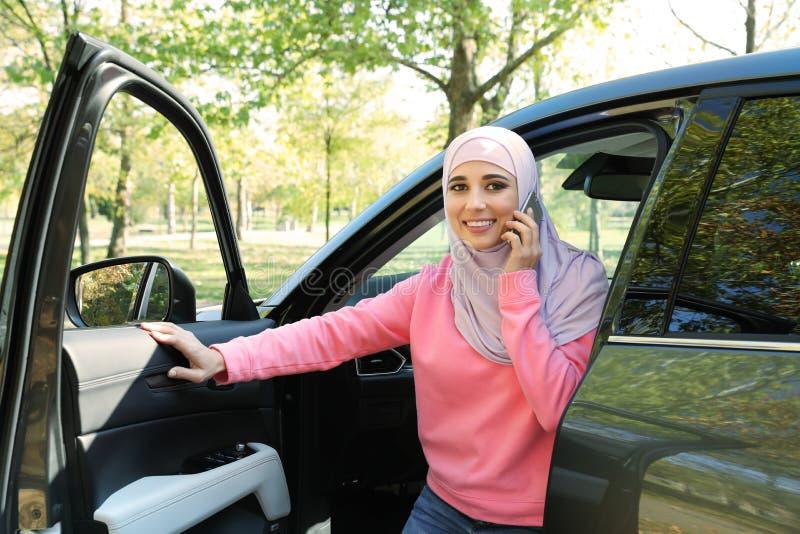 Mujer musulmán que habla en el teléfono cerca foto de archivo libre de regalías