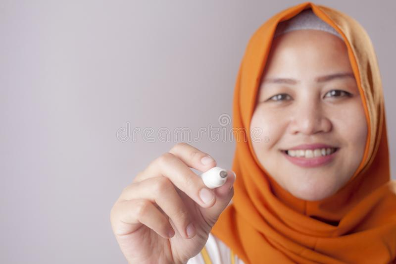 Mujer musulm?n que escribe en la pantalla virtual fotos de archivo libres de regalías