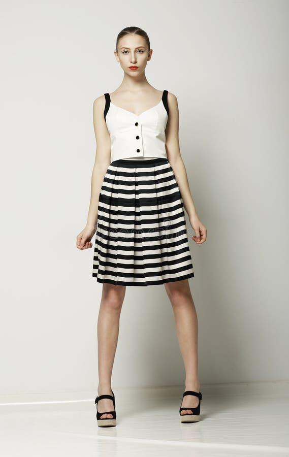 Mujer muy de moda en la presentación moderna de Tabby Dress. Colección de verano de Vogue fotografía de archivo