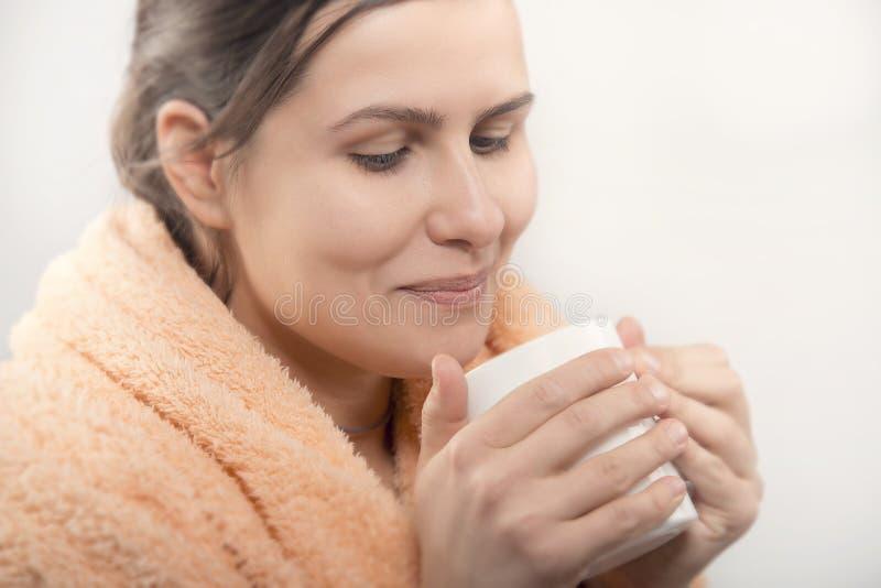Mujer natural de la belleza que come la taza de café o de té foto de archivo libre de regalías