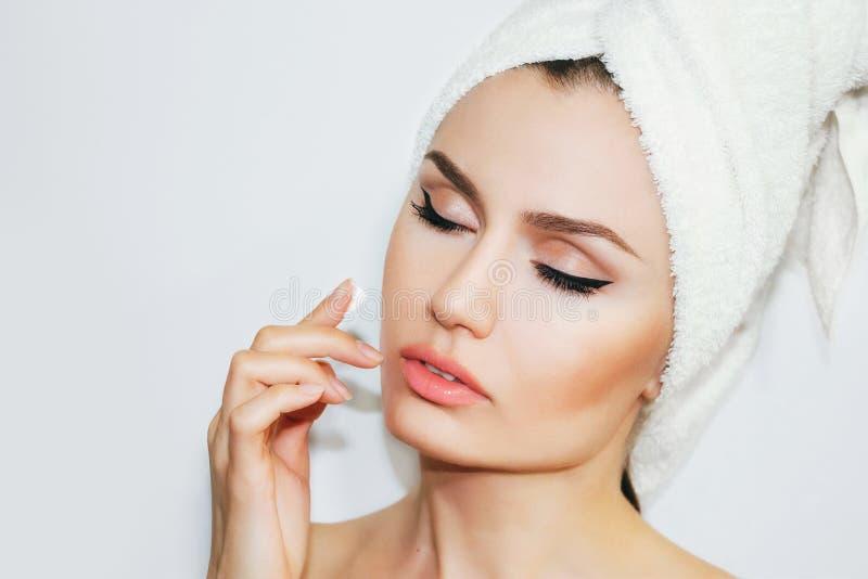 Mujer natural hermosa de la muchacha después de procedimientos cosméticos cosmetología foto de archivo libre de regalías