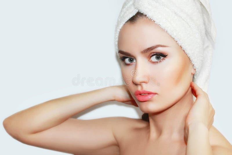 Mujer natural hermosa de la muchacha después de procedimientos cosméticos cosmetología imagen de archivo libre de regalías