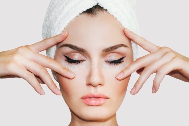 Mujer natural hermosa de la muchacha después de procedimientos cosméticos en salón del balneario foto de archivo