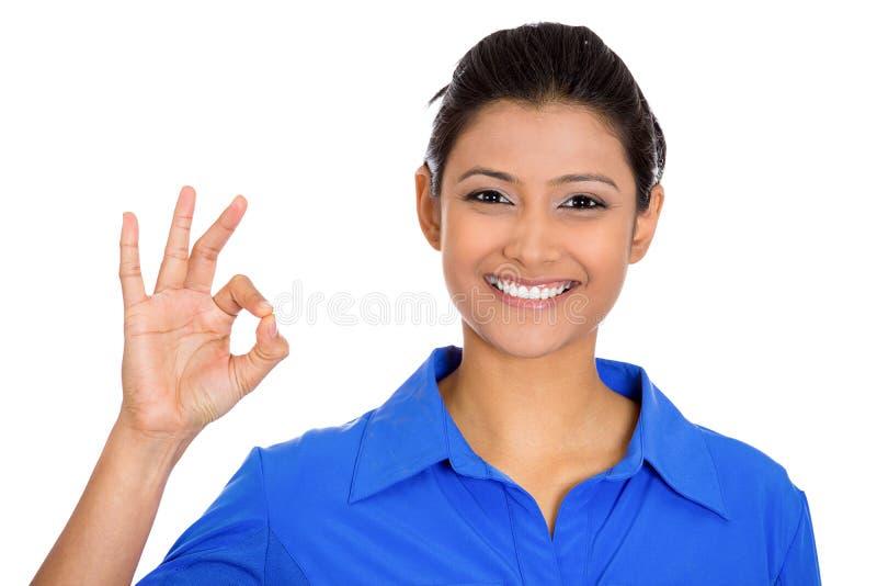 Mujer natural hermosa emocionada feliz, sonriente que da la muestra ACEPTABLE fotografía de archivo libre de regalías