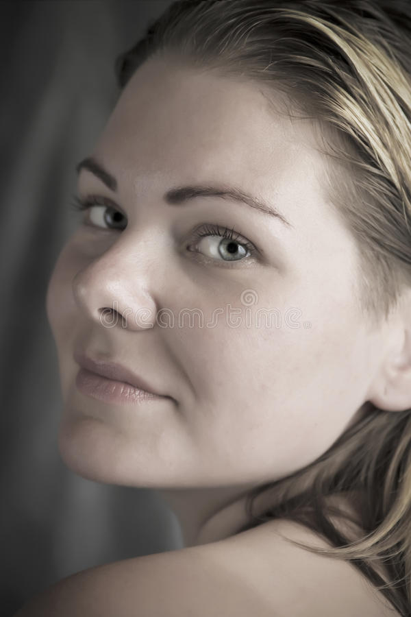 Mujer natural hermosa en el cierre de la luz del día encima del retrato foto de archivo