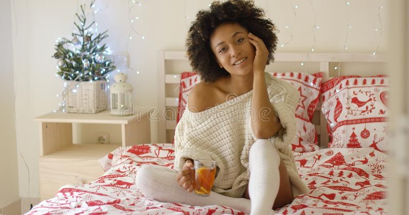 Mujer negra adulta linda en el suéter blanco fotografía de archivo