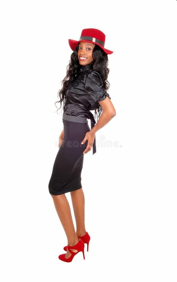 Mujer negra alta que se coloca en perfil fotos de archivo