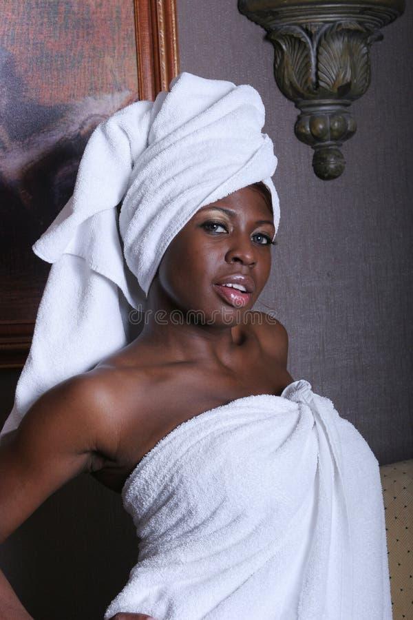 Mujer negra atractiva en toallas fotos de archivo