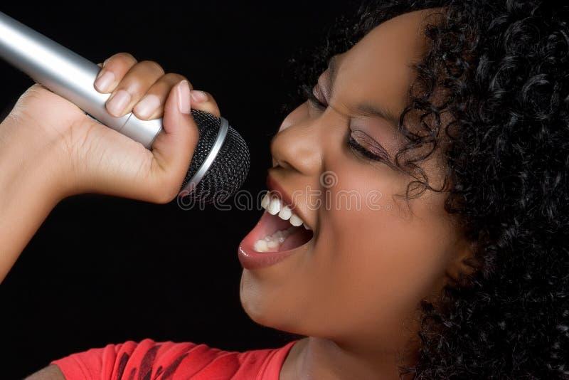 Mujer negra cantante fotografía de archivo