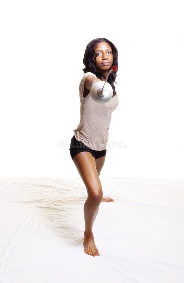 Mujer negra con el cercado de la hoja en estocada imagen de archivo