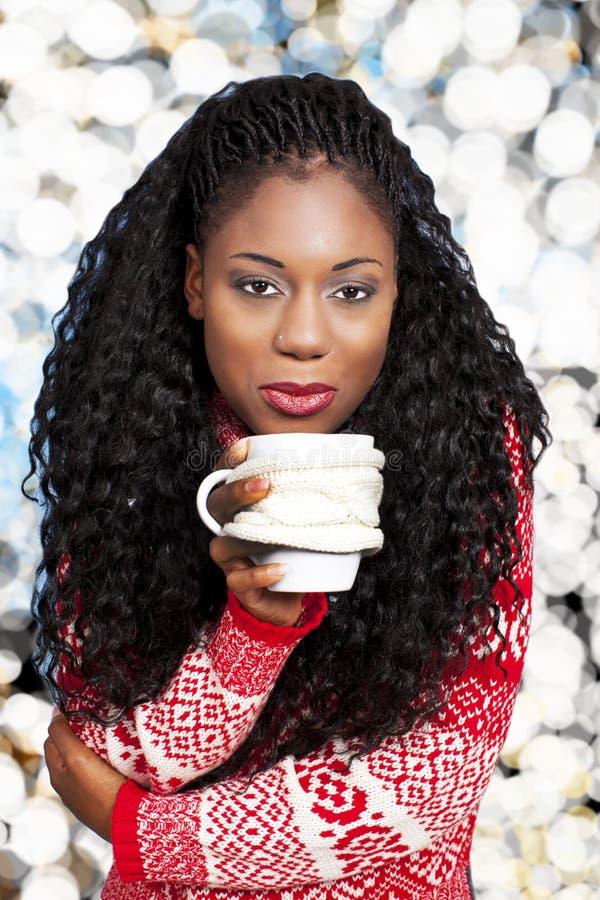 Mujer negra con la bebida caliente imagen de archivo libre de regalías