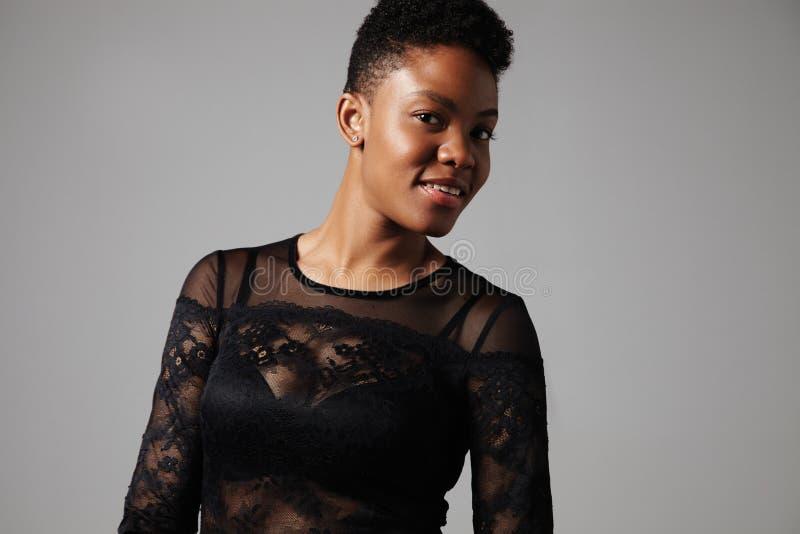 Mujer negra con un corte de pelo corto imagenes de archivo