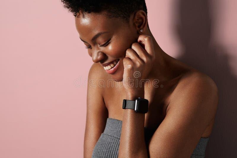 Mujer negra de la belleza natural fotos de archivo