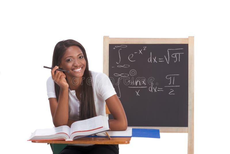 Mujer negra del estudiante universitario que estudia el examen de la matemáticas fotos de archivo libres de regalías