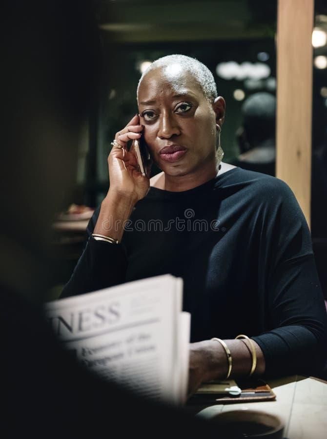 Mujer negra del negocio acertado que habla en el teléfono fotografía de archivo