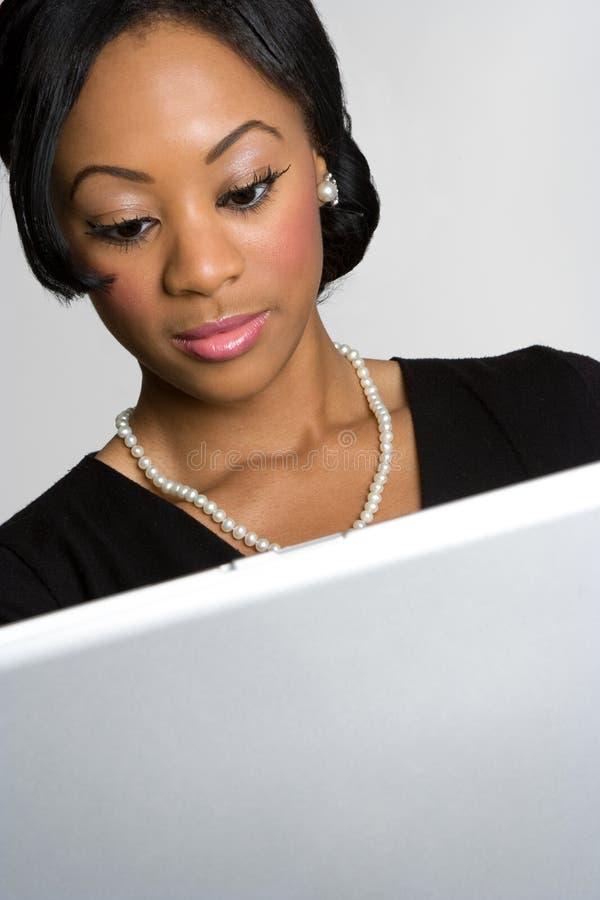 Mujer negra del ordenador foto de archivo