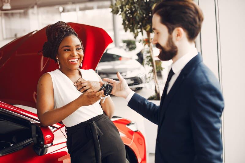 Mujer negra elegante en un sal?n del coche fotos de archivo libres de regalías
