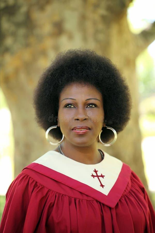 Mujer negra en de la iglesia de los trajes retrato rojo al aire libre fotografía de archivo
