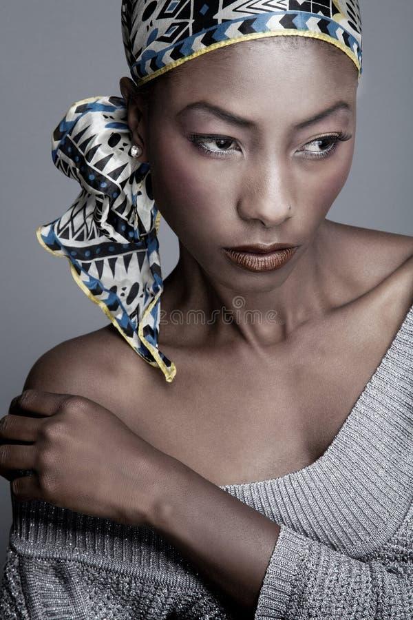 Mujer negra en la bufanda principal fotos de archivo libres de regalías