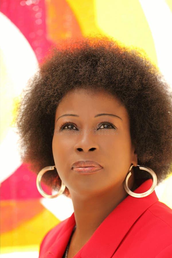 Mujer negra envejecida media del retrato al aire libre imagen de archivo