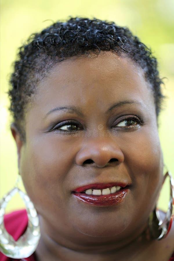 Mujer negra envejecida media del retrato al aire libre apretado imagenes de archivo