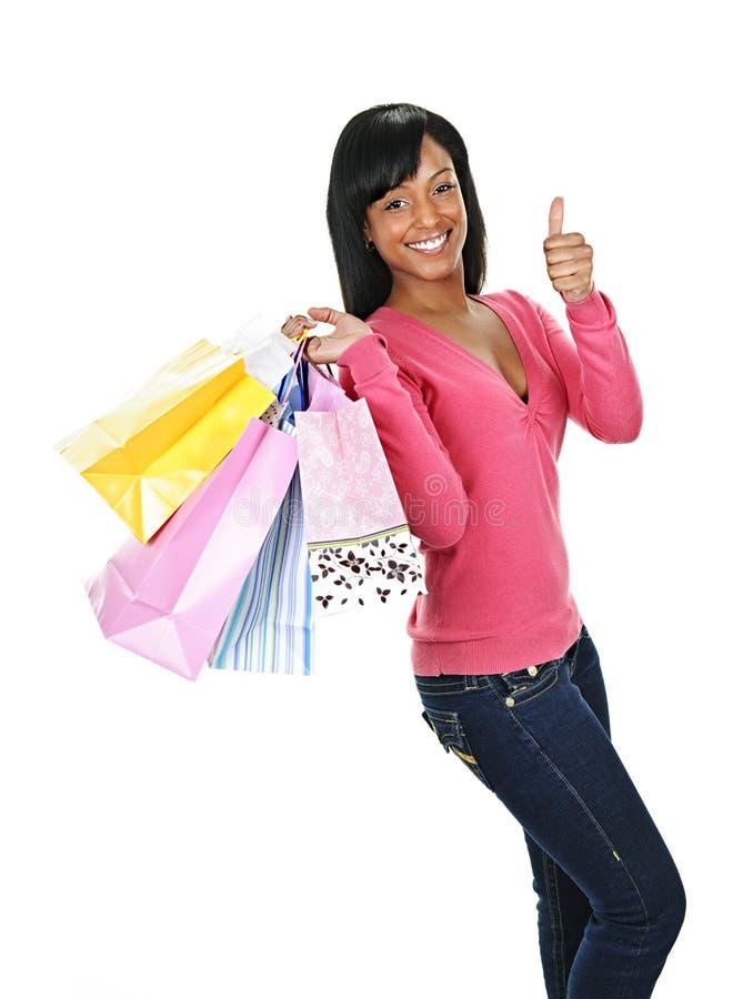 Mujer negra feliz joven con los bolsos de compras imágenes de archivo libres de regalías