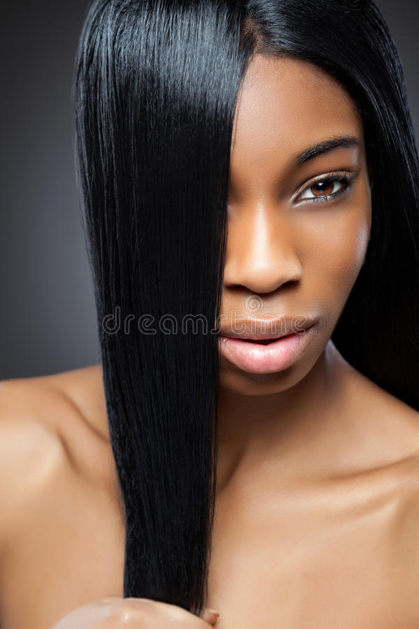 Mujer negra hermosa con el pelo recto largo foto de archivo libre de regalías