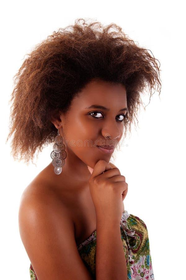 Mujer negra hermosa, con una mirada curiosa imágenes de archivo libres de regalías