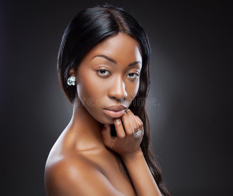 Mujer negra joven con el pelo largo imagen de archivo