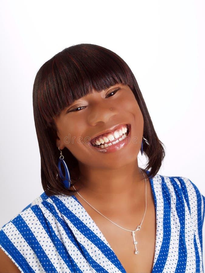 Mujer negra joven con el retrato grande de la sonrisa fotografía de archivo libre de regalías