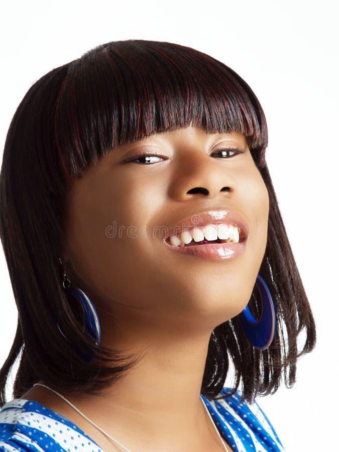Mujer negra joven con la pista inclinada detrás foto de archivo libre de regalías