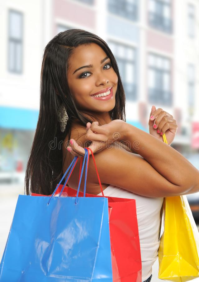Mujer negra joven con los bolsos de compras imagen de archivo libre de regalías