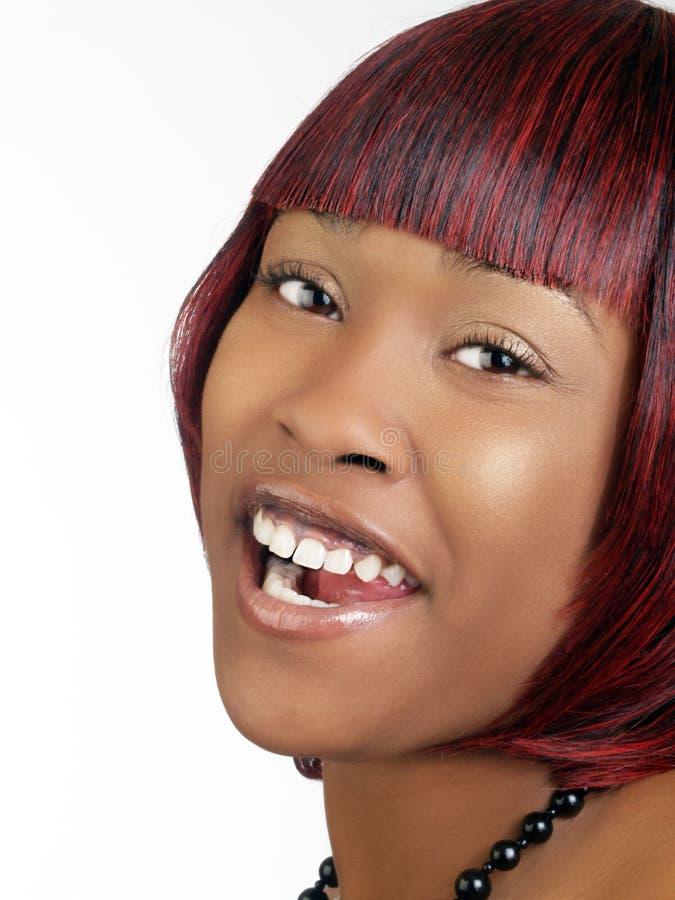 Mujer negra joven con risa abierta de la boca imagenes de archivo