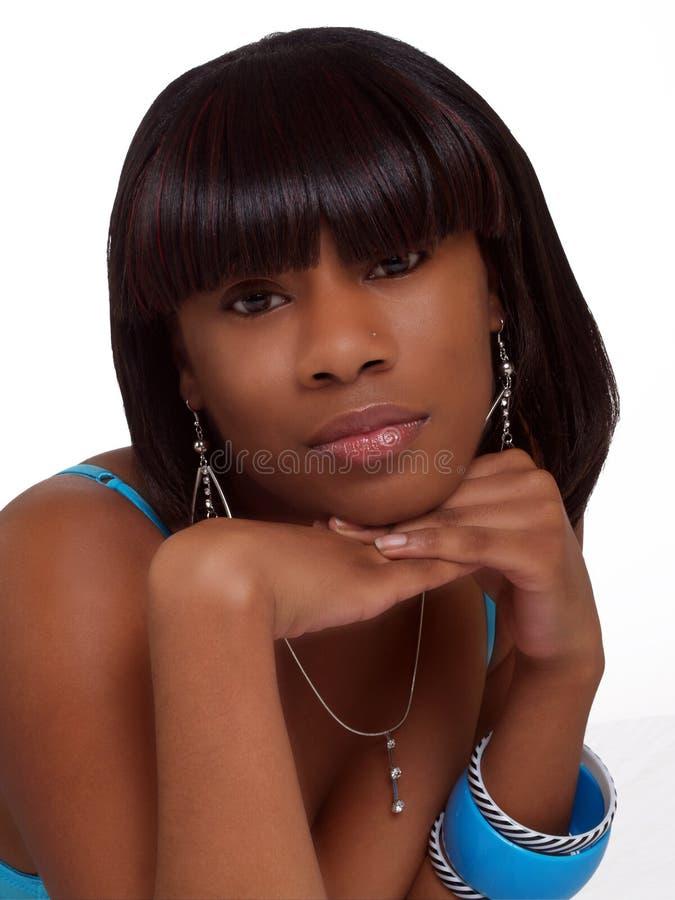 Mujer negra joven del retrato con la barbilla en las manos imagen de archivo libre de regalías