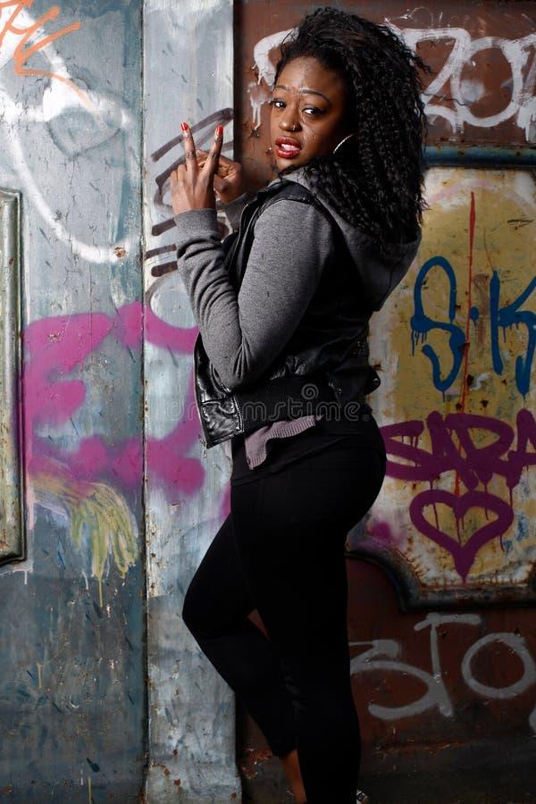 Mujer negra joven en gesto del signo de la paz fotos de archivo