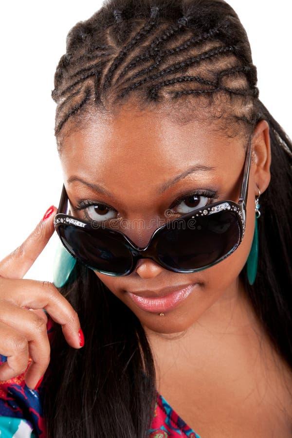 Mujer negra joven en retrato del encanto de las gafas de sol fotografía de archivo