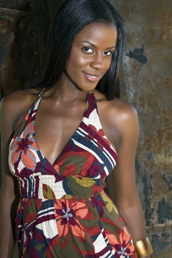 Mujer negra joven hermosa imagen de archivo libre de regalías