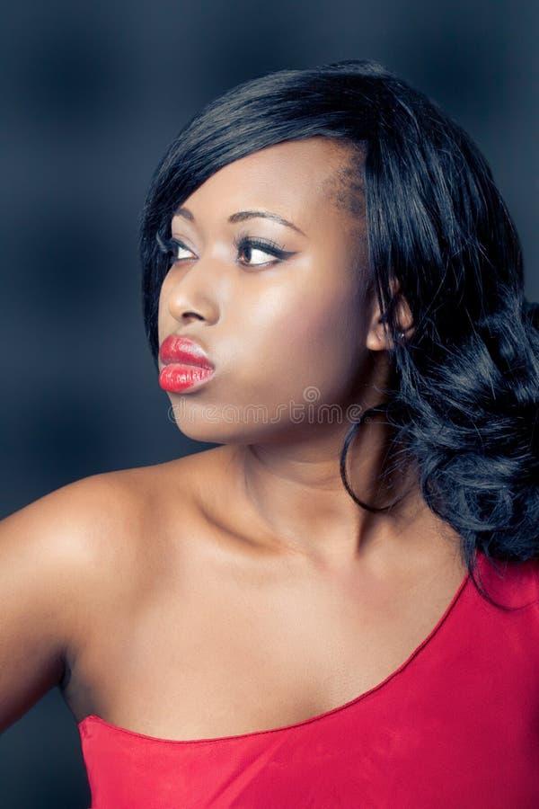 Mujer negra joven hermosa, aislada en negro fotografía de archivo libre de regalías