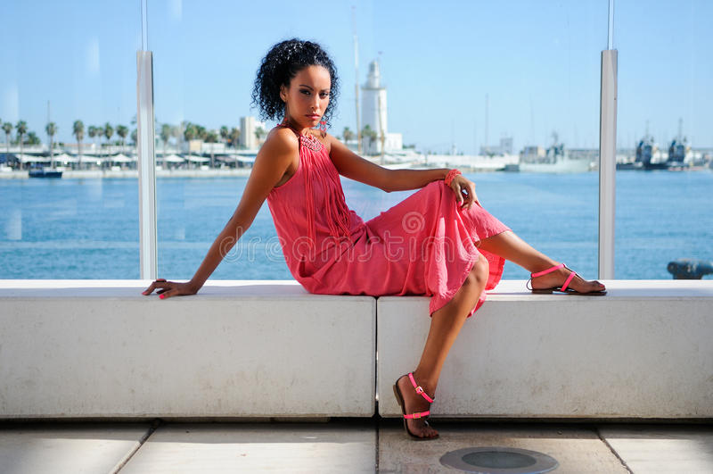 Mujer negra joven, peinado afro, en el puerto fotografía de archivo