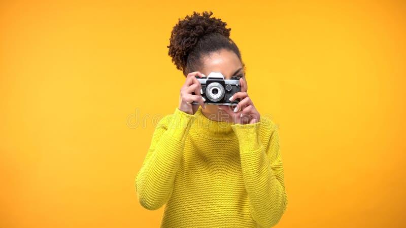Mujer negra joven que hace foto la cámara antigua, señales famosas, haciendo turismo imagenes de archivo
